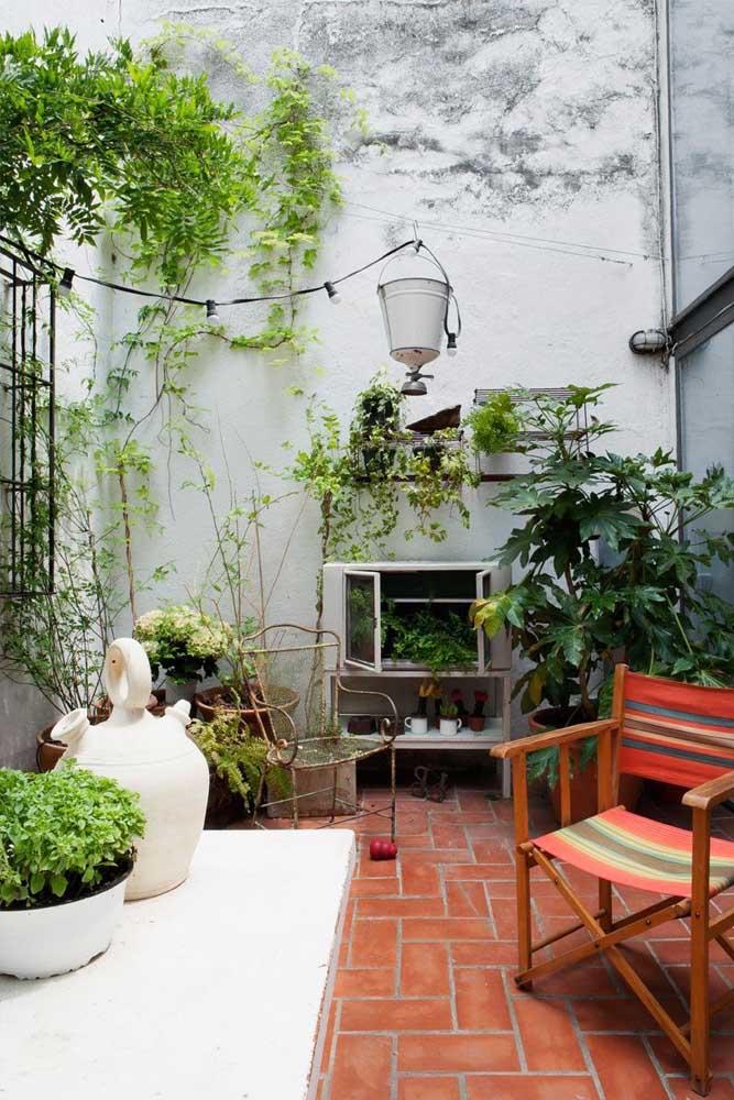 Pequena varanda com piso de tijolo; veja como o material traz graça e aconchego ao espaço