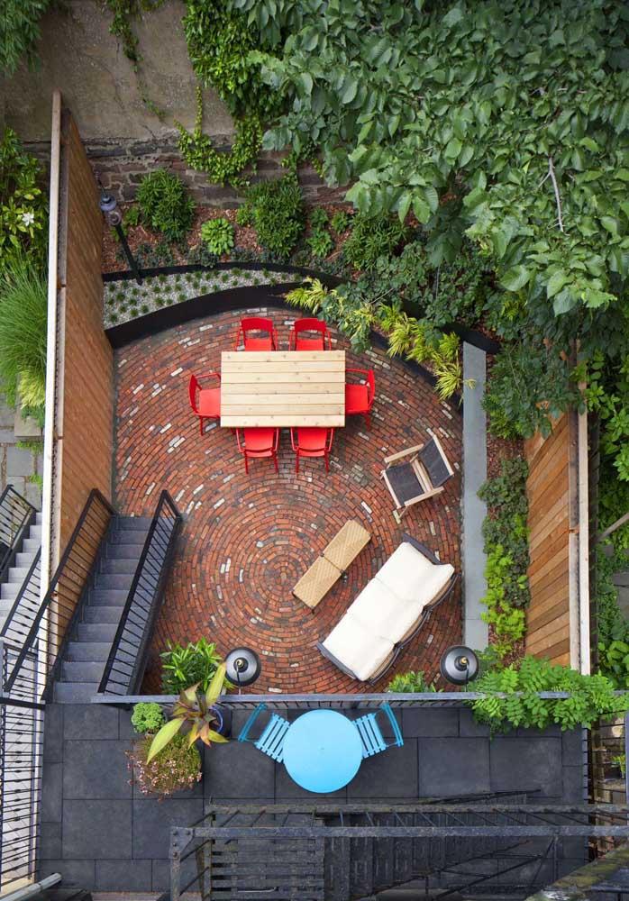Piso de tijolo aplicado de modo circular; uma opção bem diferente para o quintal