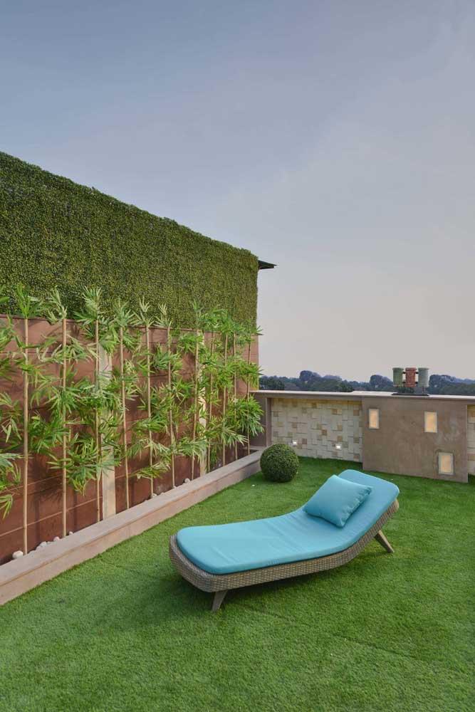 Varandas de apartamento também podem contar com piso de grama; as naturais precisam de um sistema de impermeabilização e drenagem, já a grama sintética é só chegar e colocar