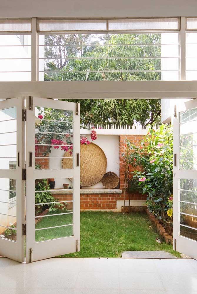 Pequeno quintal aberto com grama; um refresco para dias quentes
