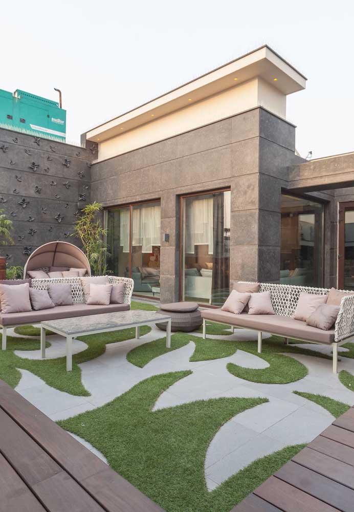 Aqui, o piso de concreto desenhado ganhou o contorno da grama para ganhar destaque