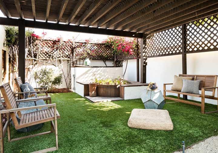 Piso de grama sob a estrutura do pergolado; ninguém vai querer ir embora desse quintal