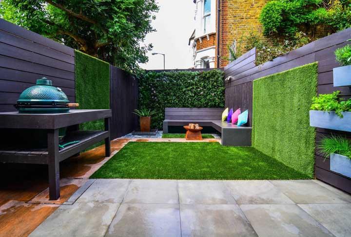 Nesse pequeno quintal, a grama não se contenta com o piso e sobe pelas paredes