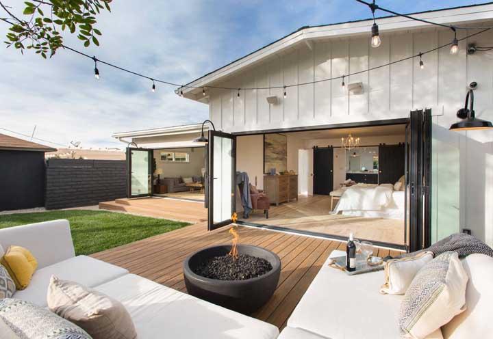 Duas opções de piso nesse quintal: madeira e grama, cada um desempenha uma função diferente tanto na parte estética, quanto prática
