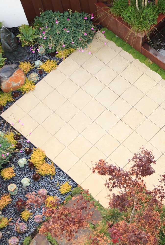 Piso cerâmico para quintal em tom de bege; uma opção ao branco tradicional
