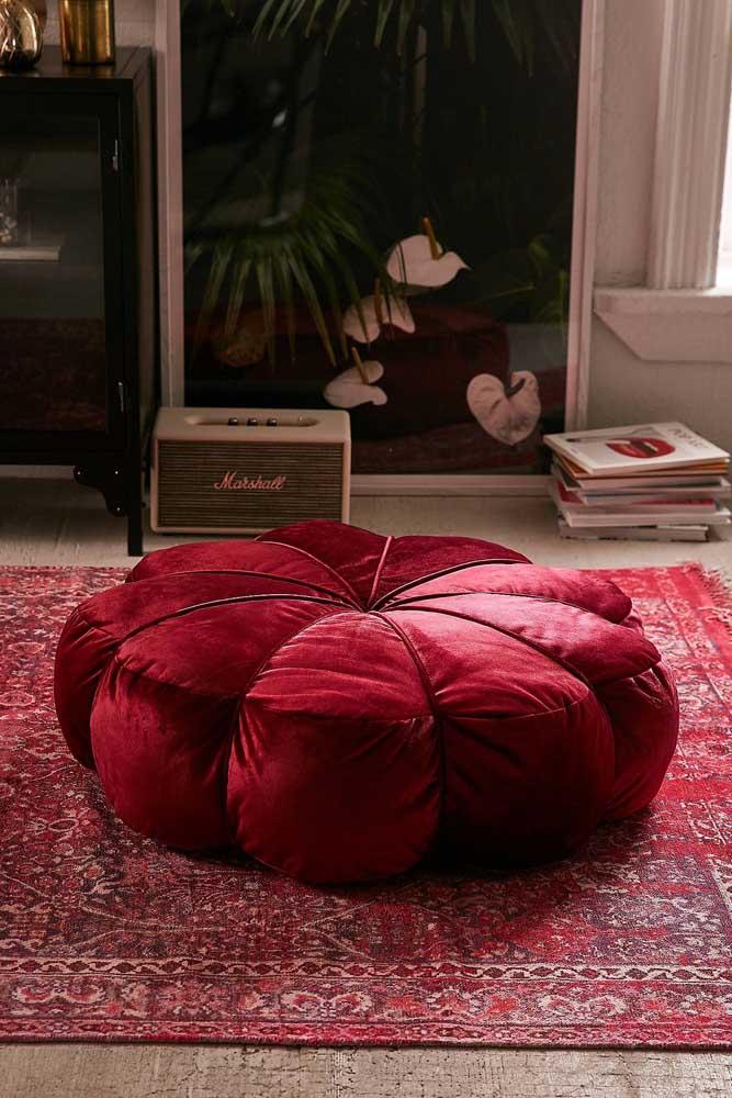 Puff redondo vermelho de veludo com formato de flor; elegância e conforto para o ambiente