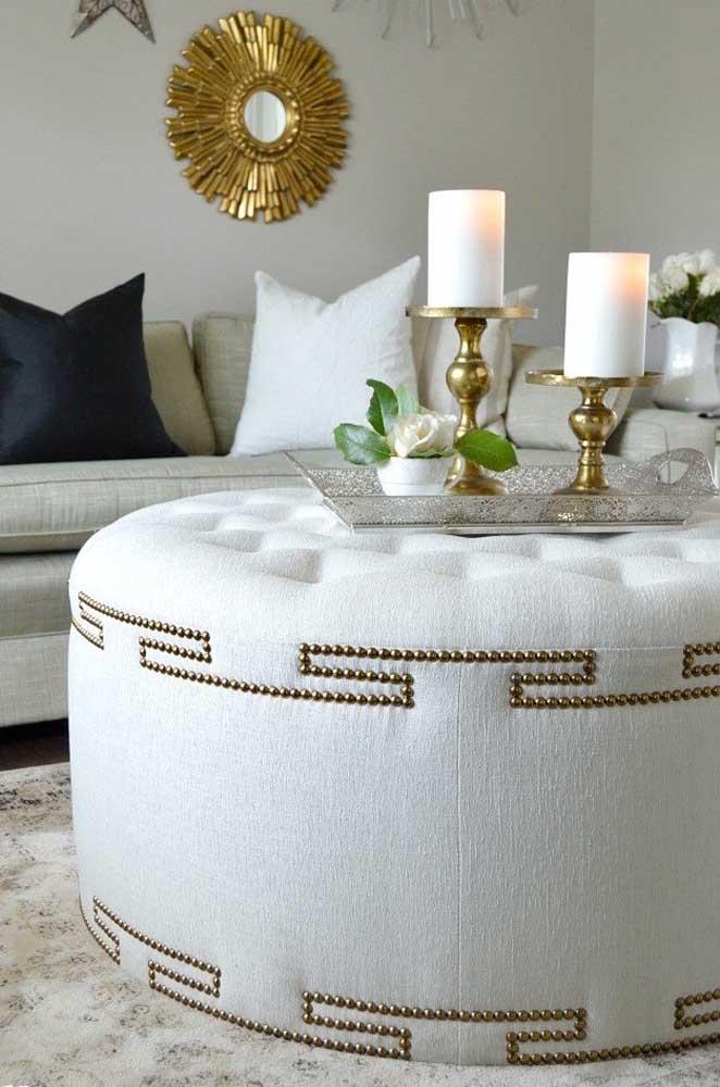 Modelo clássico e elegante de puff redondo; destaque para o acabamento com tachinhas douradas