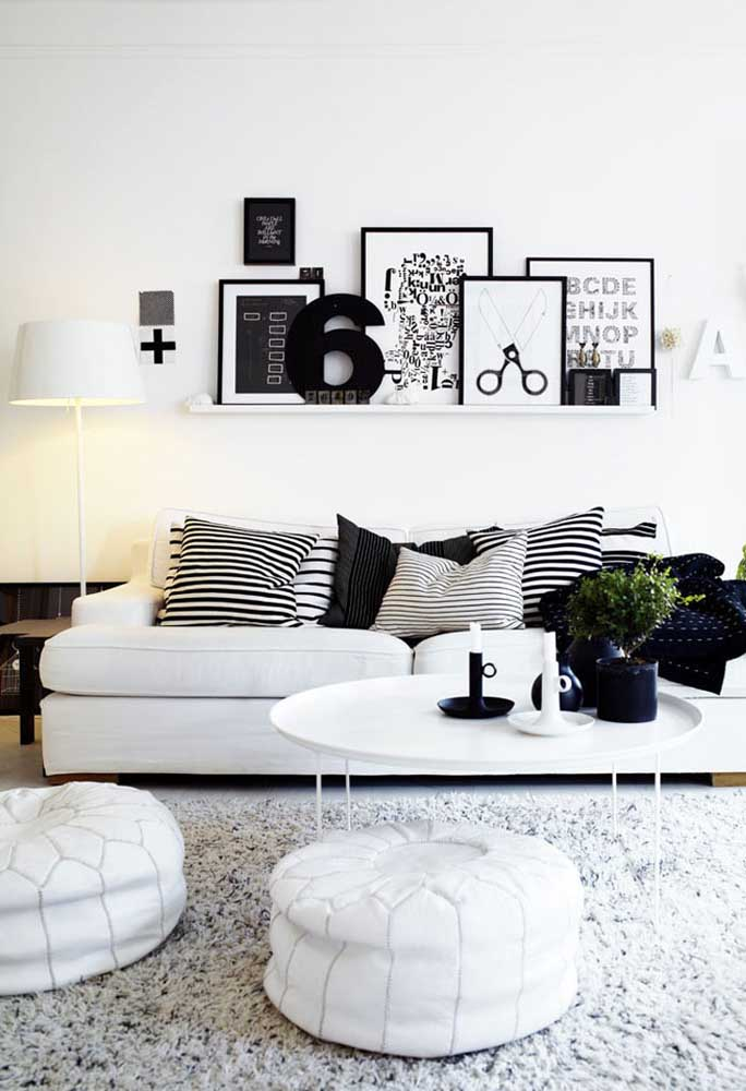Essa sala de estilo escandinavo apostou em uma dupla de puffs redondos de couro branco