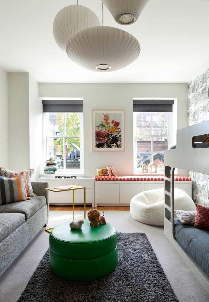 Nesse quarto infantil, o puff redondo verde pode ser usado como mesinha de apoio e assento, já o puff redondo branco aos fundos é puro aconchego para as crianças