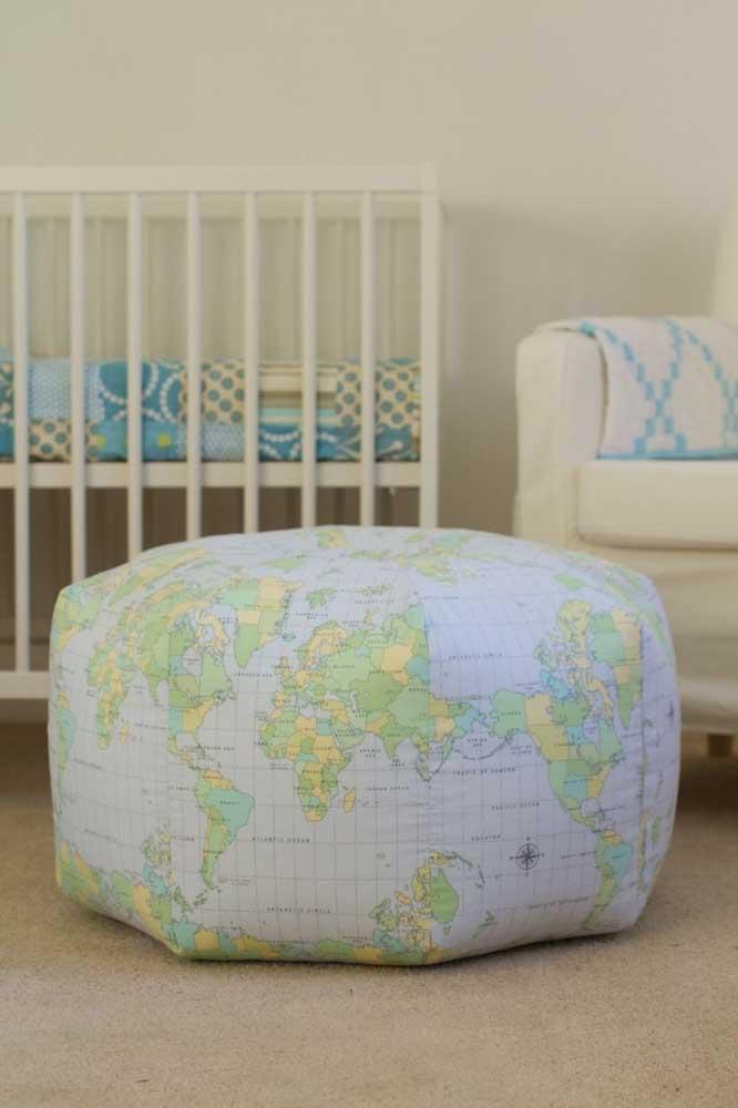Já para o quarto infantil, a opção foi por um puff redondo revestido com tecido de estampa do mapa mundi