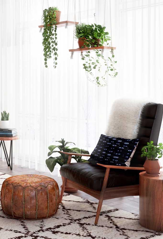 O puff redondo usado junto a uma cadeira ou poltrona se torna um apoio para pés perfeito