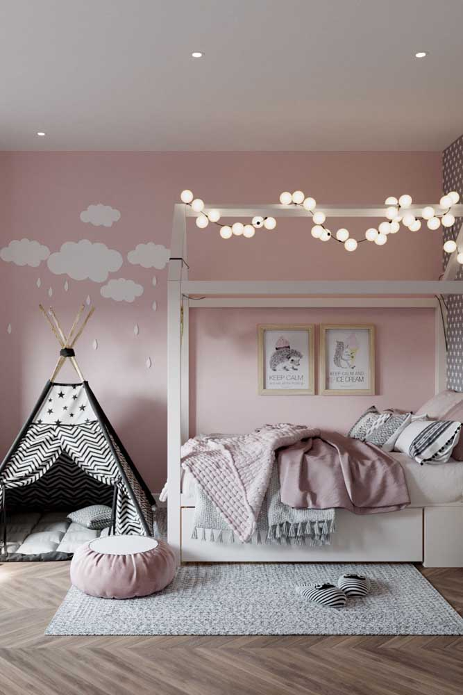 E no quarto de menina, um puff redondo cor de rosa