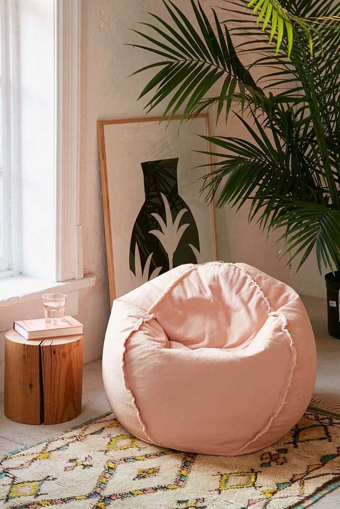 A cor também aparece nesse outro modelo de puff para sala de estar