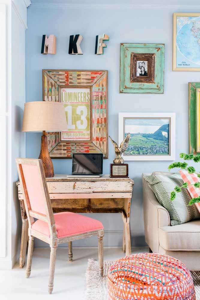 Nessa sala charmosa de influência vintage e shabby chic se destaca o puff redondo colorido