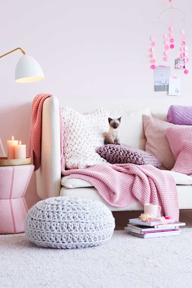 Puff redondo de crochê para a sala de estar; repare que as almofadas formam um conjunto perfeito com a peça