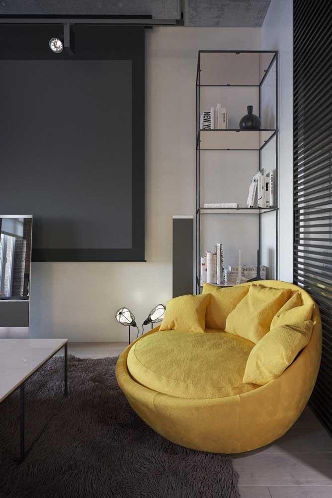 Um super confortável puff redondo gigante para sala de TV; a cor amarela garante ainda mais destaque para a peça