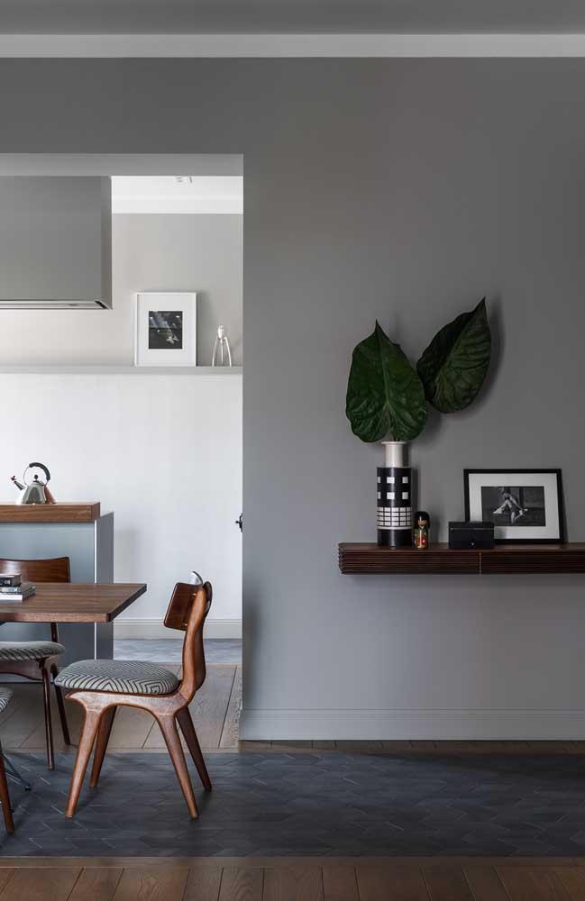 O cinza tem se tornando uma ótima saída para o uso do branco nas paredes