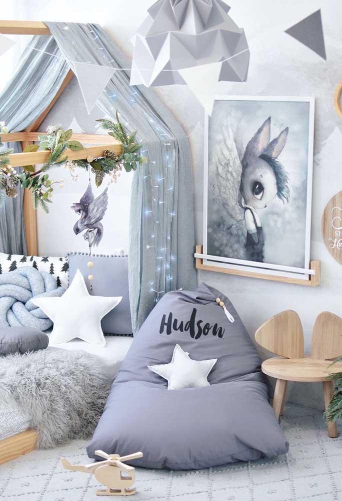 Já a combinação entre cinza e branco é fresca e calma, especialmente quando integrada ao uso da madeira clara