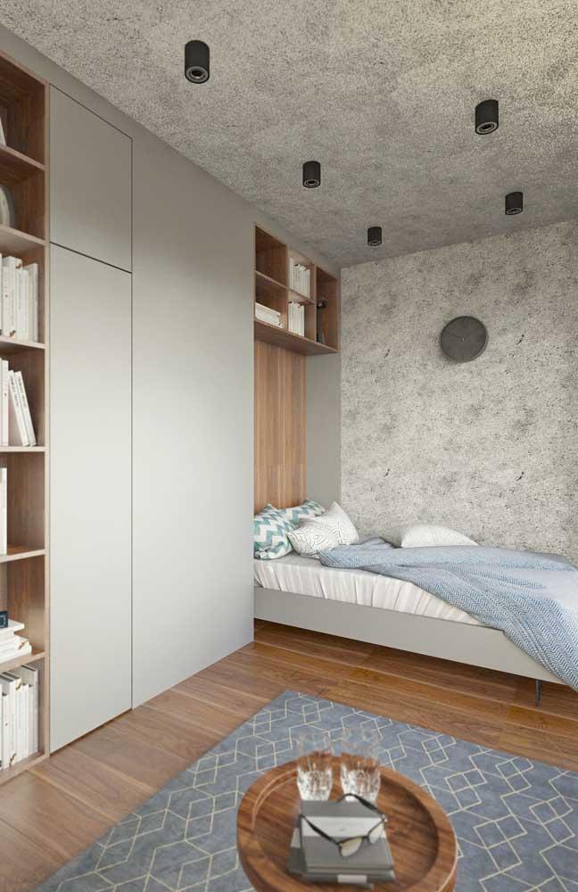 Pinceladas de cinza nesse quarto de casal; a cor combinada à madeira deixa o ambiente acolhedor e confortável