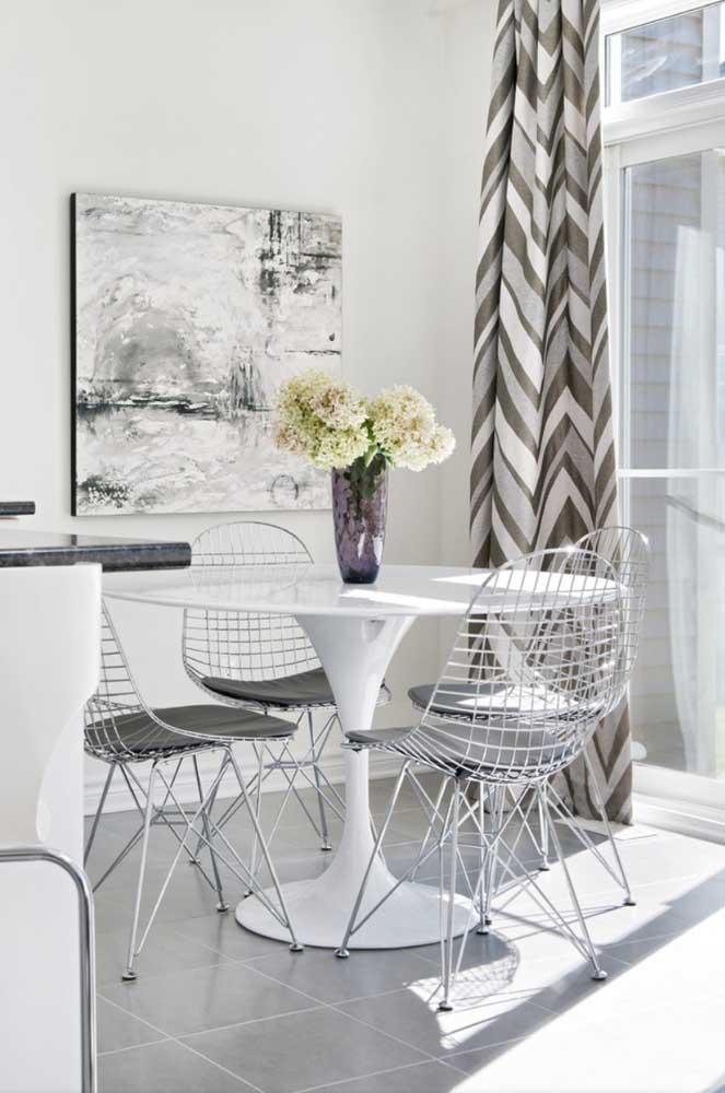 Sala de jantar em tons de cinza, branco e uma pitada de marrom