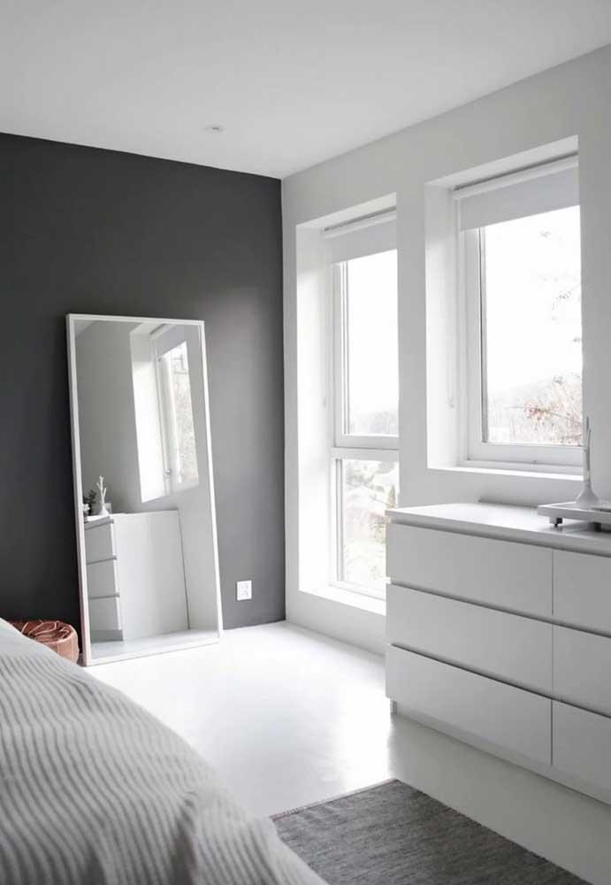 O quarto moderno e minimalista apostou em um tom de cinza escuro para a parede