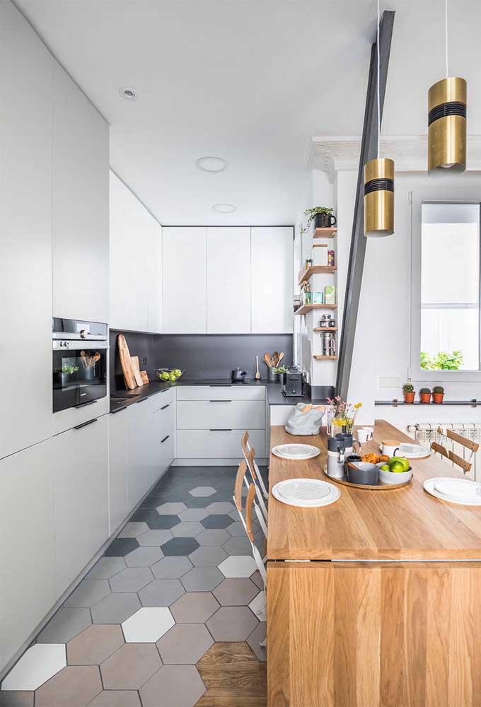Na cozinha, o cinza fica ótimo quando combinado à elementos de madeira