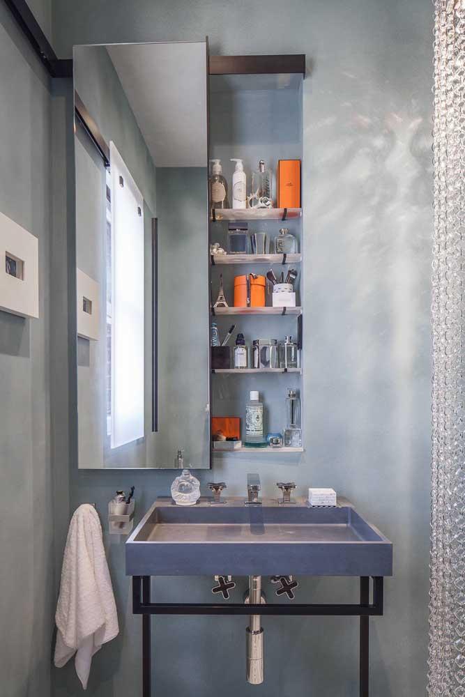 Banheiro cinza com toque de laranja para animar