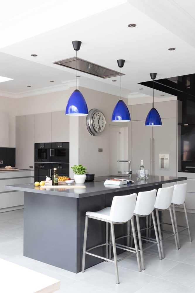 Que máximo essa cozinha em tons de cinza contrastada pelas luminárias azuis