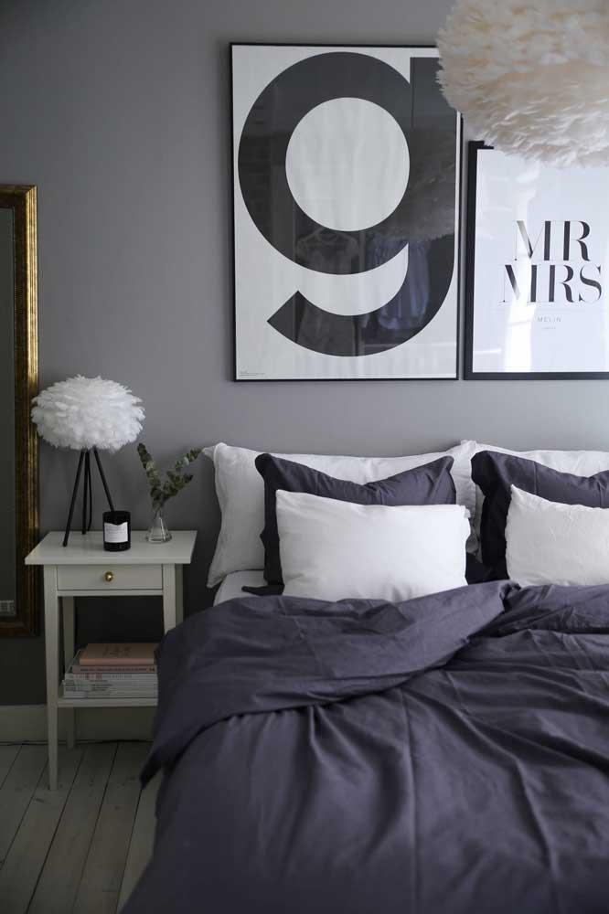 Esse quarto de casal pra lá de charmoso foi decorado em tons de preto, branco e cinza
