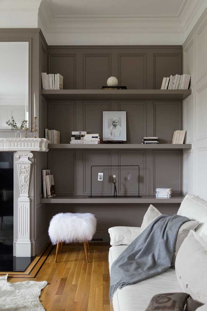 Nessa sala, as clássicas boisseries foram pintadas de cinza para se modernizarem