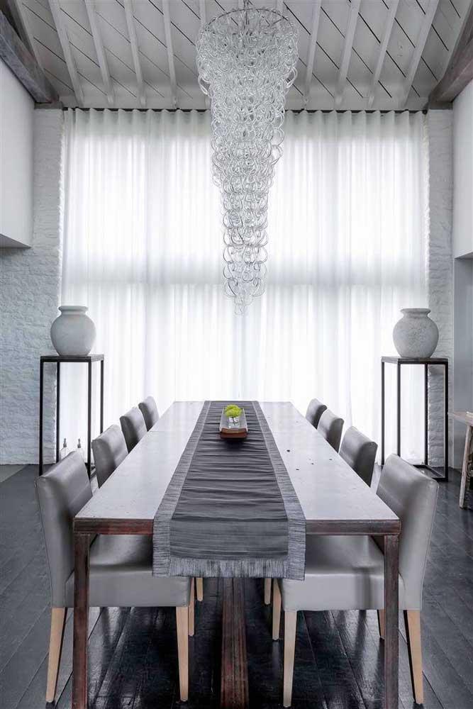 O cúmulo da elegância e da sofisticação é essa sala de pé direito duplo decorada em tons de cinza, branco e preto