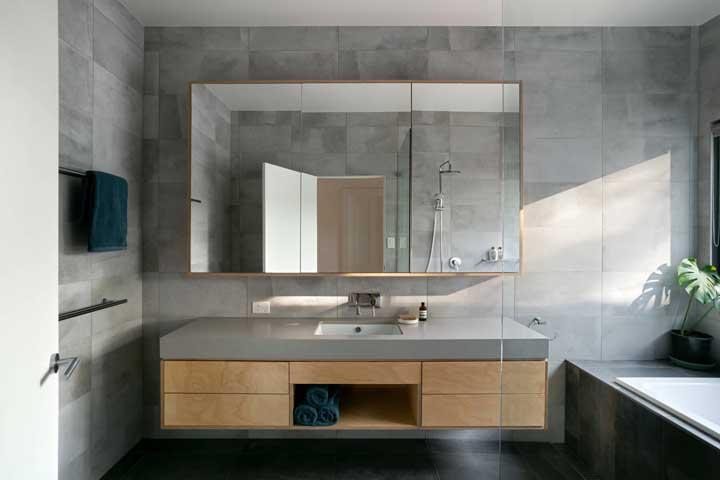 O revestimento cinza é o que esse banheiro precisava para se modernizar
