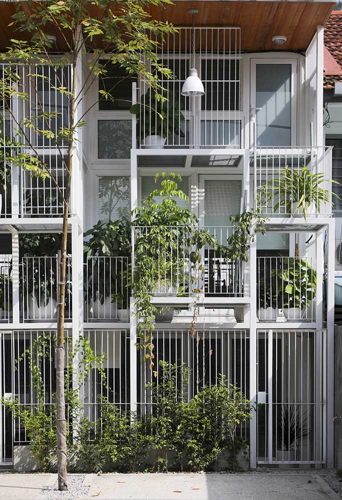 A espessura fina da grade branca dessa casa se harmoniza muito bem com os demais detalhes da fachada