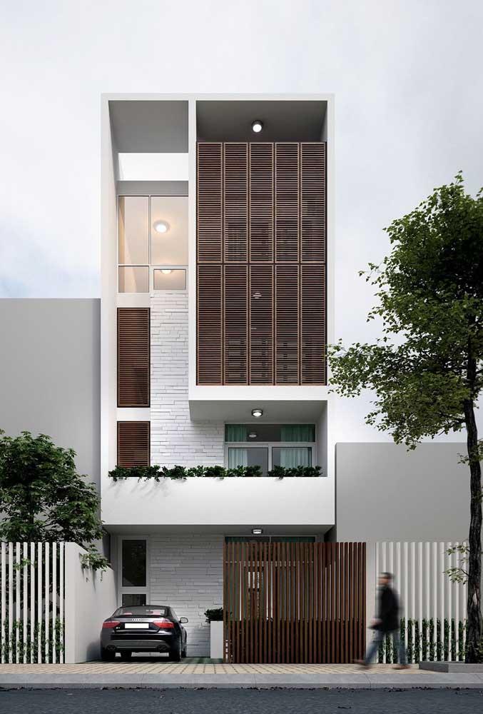 Casa moderna com grade de madeira; repare que a estrutura cobre grande parte da fachada, tornando-se um dos grandes destaques do projeto