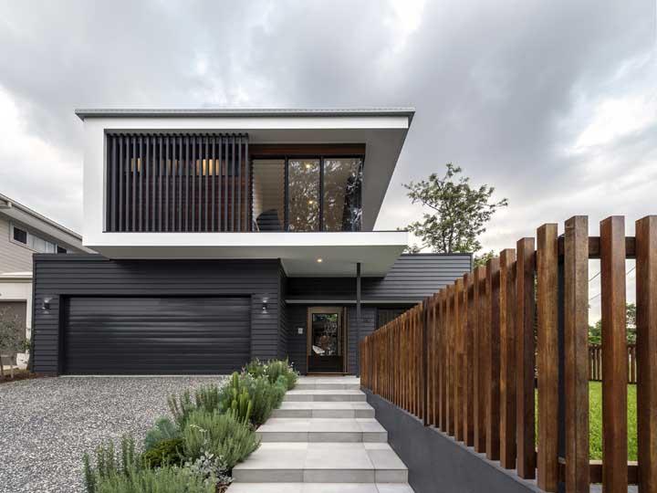 Para essa casa moderna, a opção foi por uma grade baixa de madeira