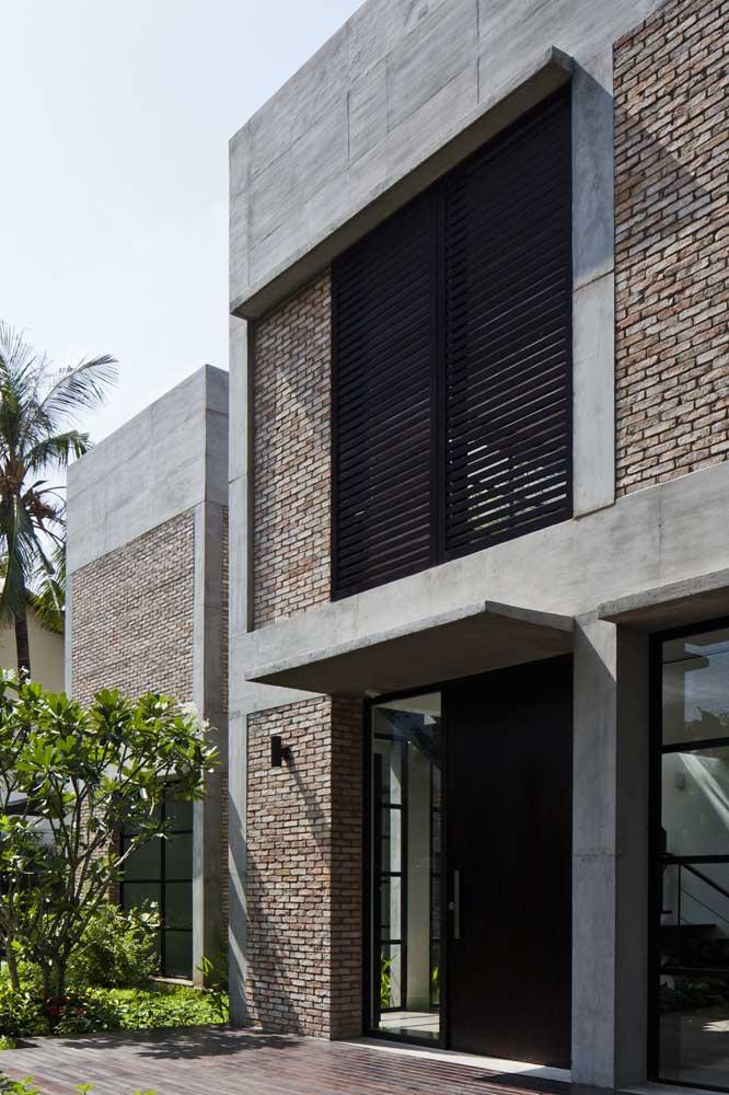 Fachada de casa moderna com grade horizontal na cor preta; a cor da grade interfere diretamente no resultado final do projeto