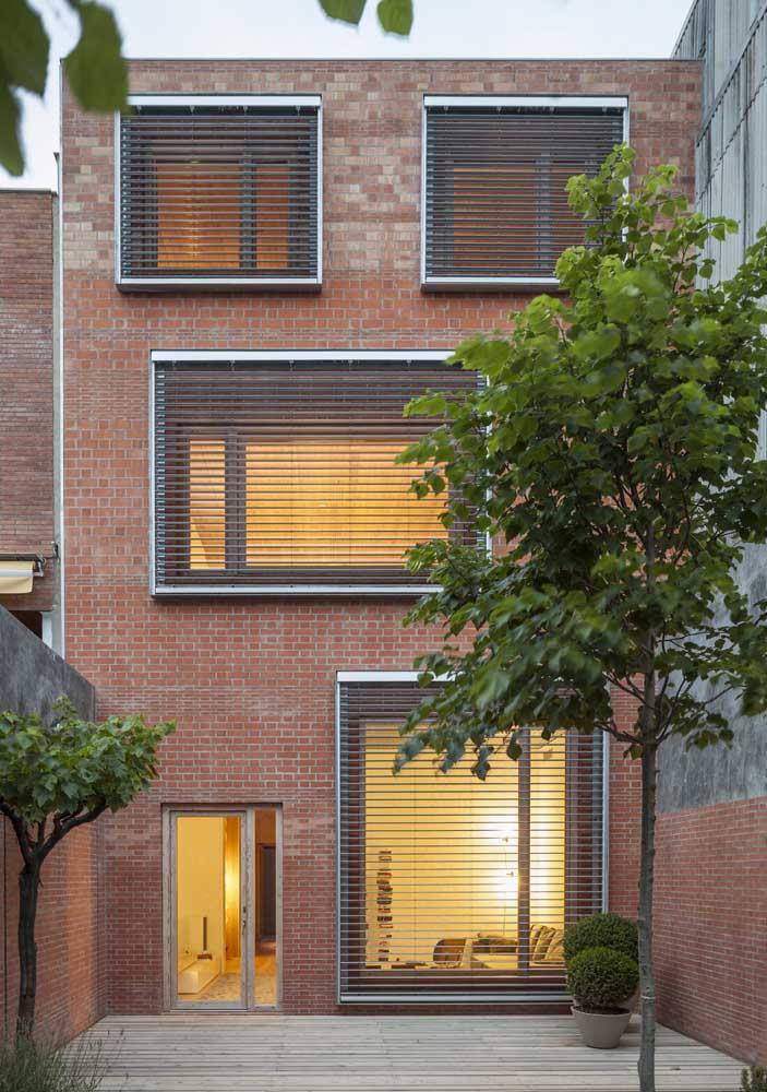 Discretas, essas grades horizontais para janela não ofuscam a beleza da fachada de tijolinhos