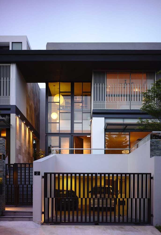 Nessa fachada, modelos diferentes de grades foram usados, mas todos eles em harmonia de cores e formatos