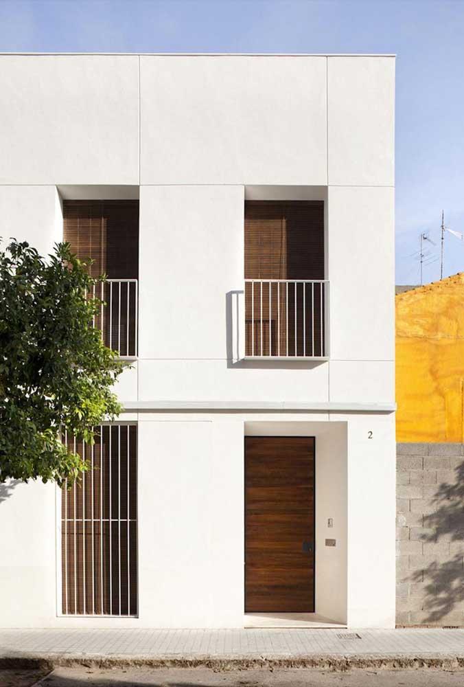 O mesmo modelo de grade servindo a funções diferentes nessa fachada simples