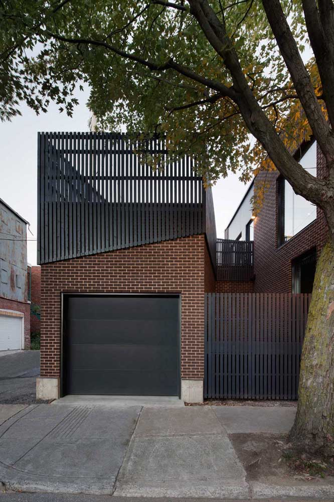 O modelo simples de grade na vertical usado nessa fachada foi valorizado pela forma com que a estrutura foi colocada