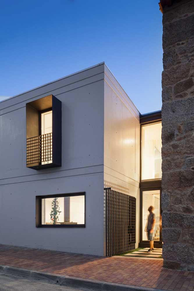 Desenho quadriculado moderno e simples marca essa grade usada tanto na varanda, quanto no portão