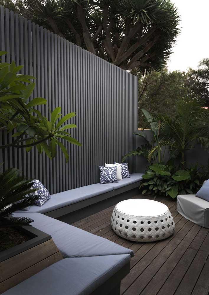 Modelo de grade elegante e moderno para o jardim externo da casa, substituindo o tradicional muro de alvenaria