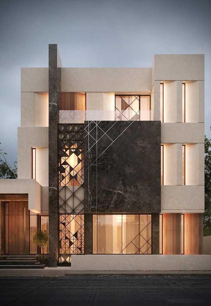 A elegante fachada desse sobrado conta com um modelo de grade desenhado que possui a mesma funcionalidade dos cobogós