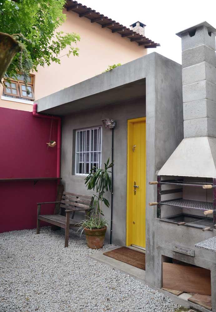 A cor branca usada na grade simples da janela é o que faz com que ela se integre ao projeto da fachada