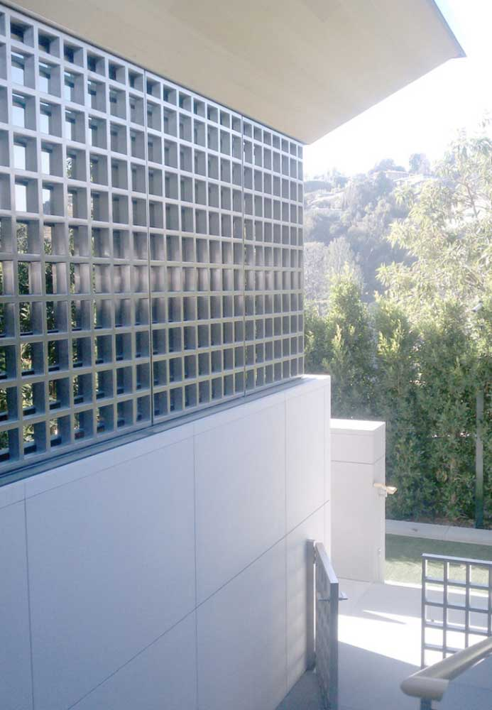 A grade quadriculada dessa fachada conversa diretamente com o portão mais abaixo