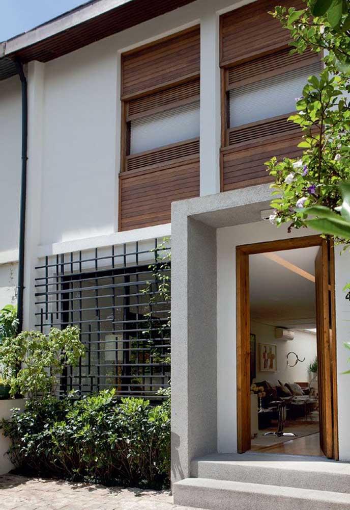 A casa de acesso direto à rua optou por usar uma grade de ferro na janela; para não sair da estética do projeto da fachada, a opção foi usar um modelo clean e moderno