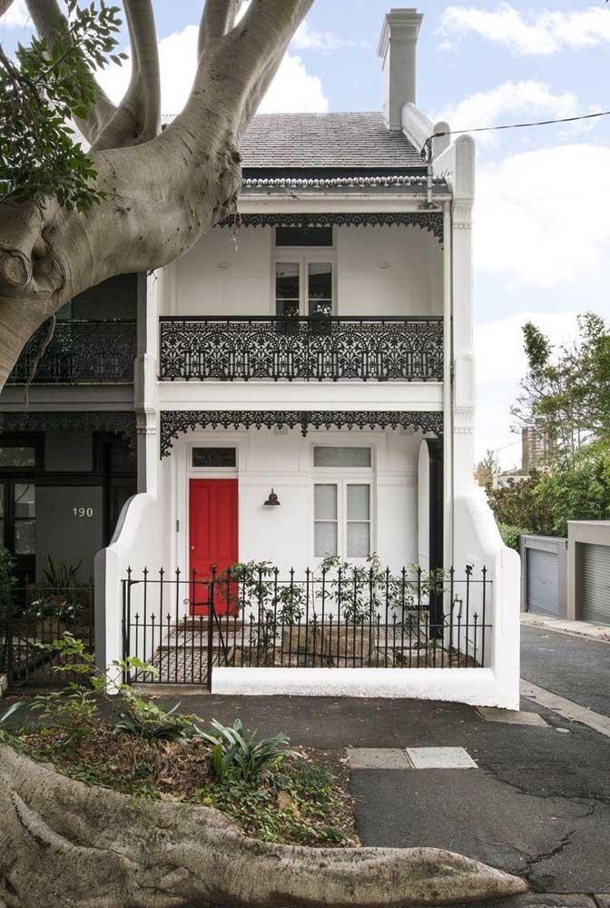 Já aqui, a arquitetura clássica da fachada combinou perfeitamente com o modelo de grade de ferro com desenhos arabescos