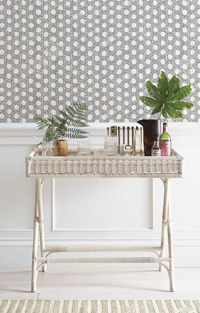 Um aparador charmoso todo feito em rattan branco; perfeito para decorar aquele corredor vazio da casa