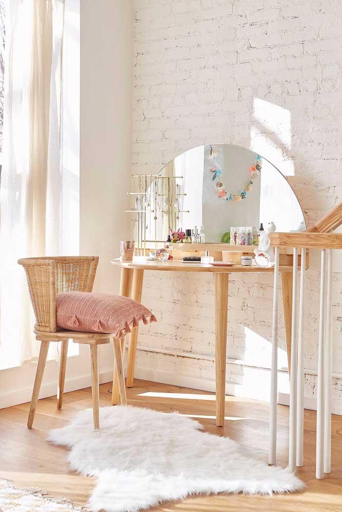 O quarto com paredes de tijolinhos ficou ainda mais charmoso com o banco feito de rattan