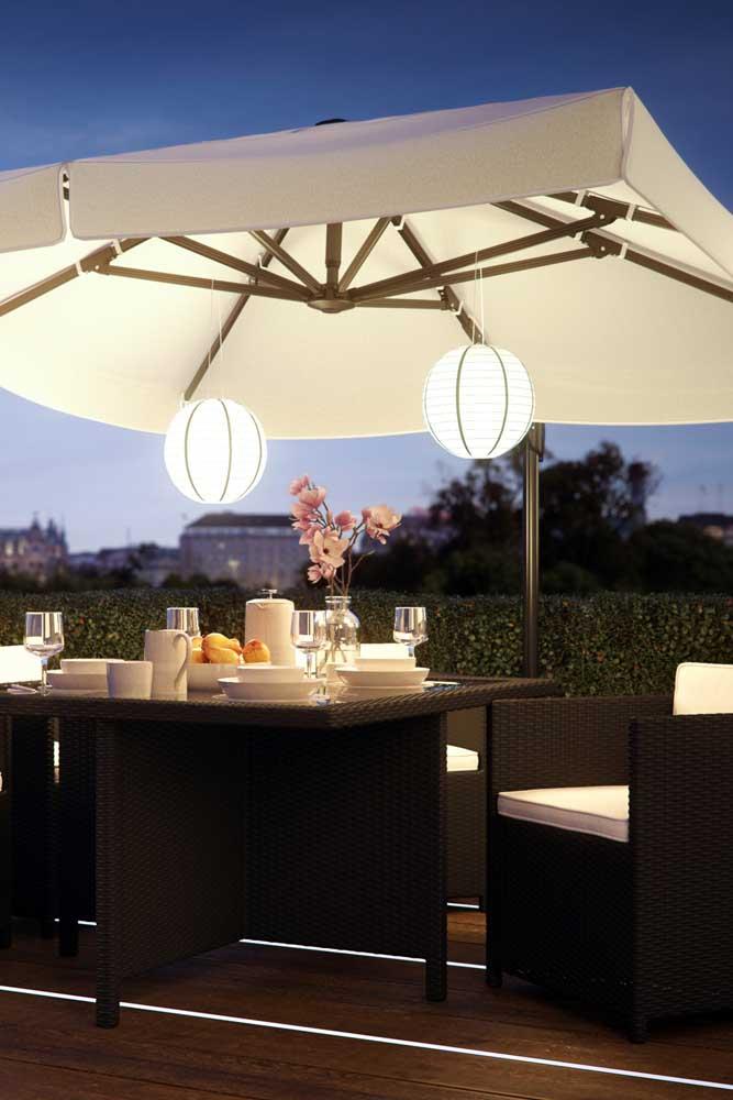 Nessa área externa, o rattan mostra todo seu potencial para decorar ambientes mais elegantes e refinadas